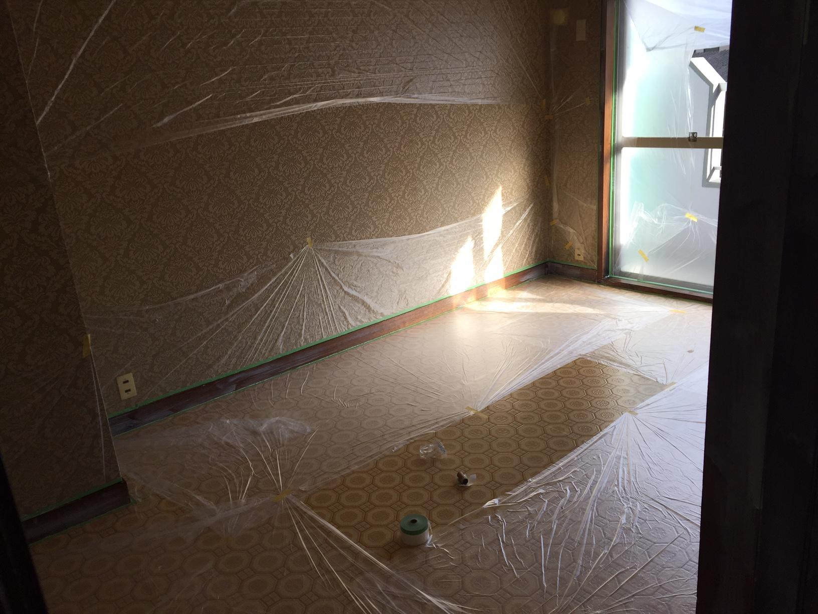 Diy 洋室の木部をホワイトに塗装しました まずはこちらの壁や床に