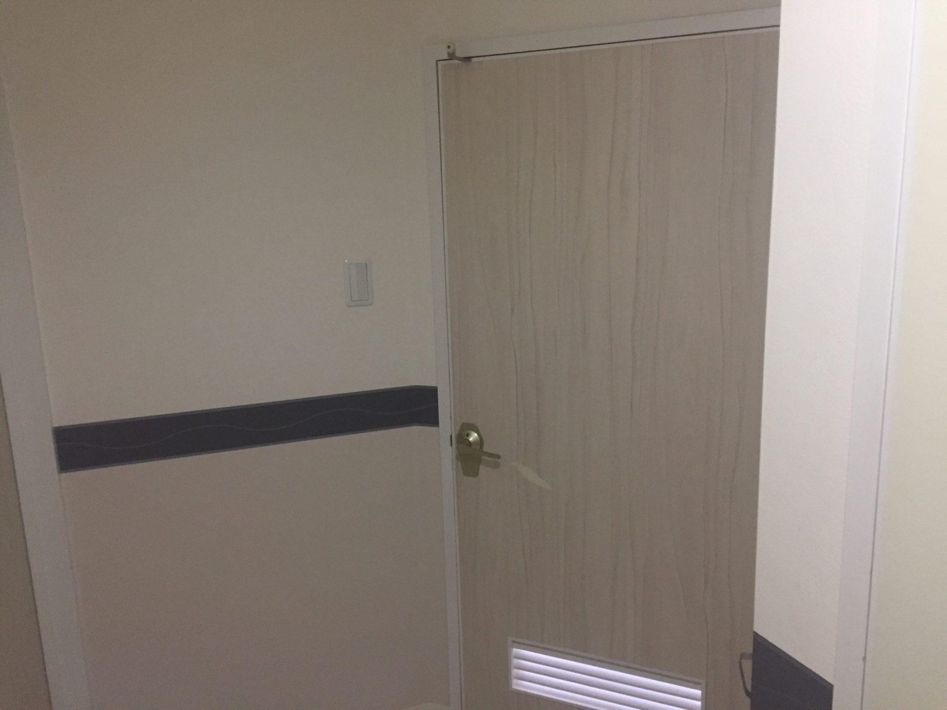 Diy 傷のついたドアの表面を貼り換え 補修しました こちらのドアの表面には木目柄の壁紙 が貼ってあったのですが こちらの1部が傷によって剥がれてしまっていて修復が必要になっていたのでこちらをカッティングシートを使って修復していこうと思います