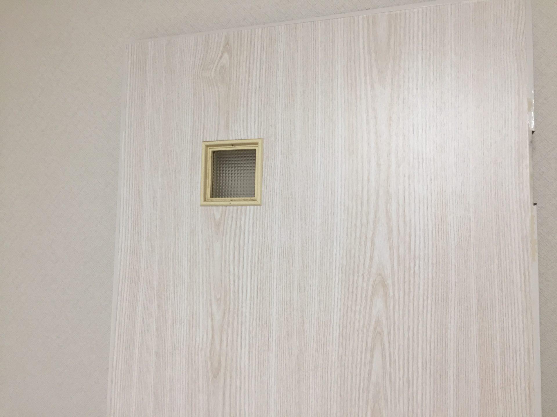 Diy トイレのドアに他のドアと同じ柄のシートを貼りました こちらの部屋の他のドアはすべて明るめの木目柄の壁紙が貼ってありこちらのトイレのドア だけクリーム色一色のドアだったので少し浮いていました これはトイレのドアの素材だけが汚れを防止する目的もありベニア